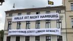 Das Haus der Identitären in Halle am Rande des Universitätsviertels. Auffallen und provozieren ist Teil der Taktik. Bild: Peter Voegeli, SRF.