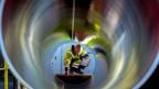Ein Mitarbeiter prüft Rohre für die zukünftige Ostsee-Erdgastrasse Nord Stream 2.
