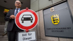 Jürgen Resch, Bundesgeschäftsführer der Deutschen Umwelthilfe, steht am 28.07.2017 vor der Urteilsverkündung mit einem Verkehrverbotsschild mit der Aufschrift «Gilt für Diesel» vor dem Verwaltungsgericht in Stuttgart (Baden-Württemberg).
