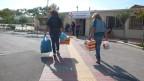 Freiwillige bringen Spenden in die Klinik von Helliniko auf dem Flughafengelände.