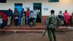 Wahlberechtigte stehen vor einem Wahlbüro in Kenia an, um ihre Stimme abzugeben.