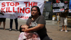 Philippinische Menschenrechtsaktivisten demonstrieren gegen die Erschiessung mutmasslicher Drogendealer durch Regierungstruppen.