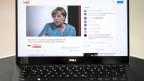 Ein Computer-Bildschirm, auf dem man Kanzlerin Angela Merkel in einem Interv iew sieht.