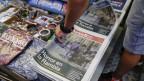 Im Bild zu sehen sind Zeitungen, die auf dem Titelblatt Bilder des Anschlags in Barcelona zeigen