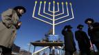 Rabbinerstudenten verteilen in Philadelphia zum Lichterfest Geschenke und Süssigkeiten (Archiv).
