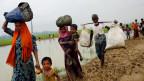 Rohingya-Flüchtlinge beim Überqueren der Grenze von Burma nach Bangladesch.