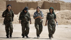 Soldatinnen der syrischen Demokratischen Kräfte (SDF) im Dorf Abu Fas, Provinz Hasaka.