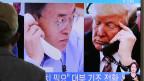 US-Präsident Donald Trump (rechts) und Süd-Koreas Präsident Moon Jae-in  zu sehen auf einem Bildschirm in Seoul, Südkorea.