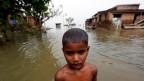 Ein Junge im überfluteten Dorf Motihari, Bihar, Indien.