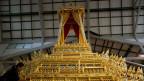 Mit diesem Vehikel wird der tote König Bhumibol ins Krematorium gefahren.