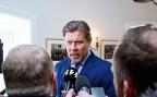 Der isländische Ministerpräsiden Bjarni Benediktsson beantwortet nach seinem Rücktritt Fragen von Journalisten.
