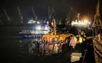 Rumänische Grenzpolizisten betreten in der Hafenstadt Constanta ein Schiff mit Flüchtlingen.