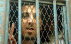 Der ägyptische Blogger Abdel Kareem Nabil in einem Gefängniswagen auf dem Weg zu einer Gerichtsverhandlung.