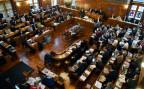 Blick in den Gemeinderat der Stadt Zürich im Zürcher Rathaus während einer Debatte.