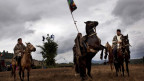 Zu sehen ist eine spirituelle Zeremonie zu Pferd: Mapuche-Indios in Chile tragen die indigene Flagge, die vom Traum einer Mapuche-Nation zeugt.