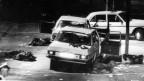 Das Bild zeigt den Ort der Schleyer-Entführung, nämlich zerschossene Autos.