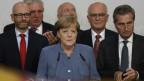 Kanzlerin Angela Merkel blickt ernst. Sie und die CDU-Parteiführung geben im Hauptquartier der Partei ein Statement zum Wahlausgang ab.