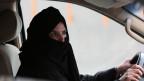 Eine Frau in Saudi-Arabien fährt alleine ein Auto.