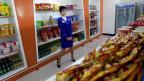 Zu sehen ist eine Verkäuferin in einem neu eingerichteten Geschäft in der Hauptstadt Pyöngyang.