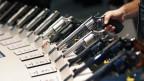 Eine Auswahl von Waffen an einer Messe in den USA.