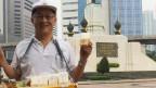 Sirivat Voravetvuthikun ist seit 20 Jahren Sandvichverkäufer in Bangkok. Bild: Karin Wenger/SRF.