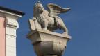 Vor dem Rathaus von Rosà steht dieser geflügelte Löwe, das Wappentier des Veneto. Bild: Franco Battel/SRF.