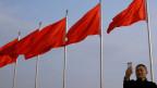 Ein Tourist fotografiert sich auf dem Tiananmen-Platz während des Nationalkongresses in Peking.