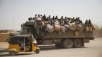 Migranten auf einem Lastwagen in der Wüstenstadt Agadez, Niger.