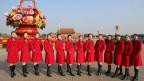 Zum Abschluss des KP-Kongresses posieren Assistentinnen auf dem Tiananmen Platz in China.