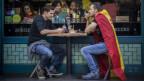 Zwei Männer erholen sich nach einer Demonstration für die Einheit Spaniens in Barcelona