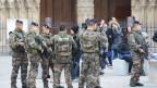 Soldaten patrouillieren vor der Kirche Notre Dame in Paris.