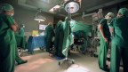 Im Universtitätsspital Basel entnehmen Ärzte einem Patienten eine Niere.