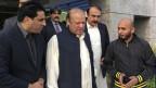 Ex-Premier Nawaz Sharif wird von Anhängern seiner Partei begrüsst.