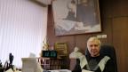 Chefredaktor Boris Komozki in seinem riesigen Büro unter einem Leninbild. Bild: David Nauer/SRF.