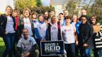 Rund 80 Wahlhelferinnen und Helfer wollen ihrem Kandidaten, David Reid, zum Sieg verhelfen. Bild: Isabelle Jacobi/SRF.