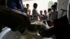 Das Bild zeigt, wie Menschen im Jemen eine Essensration erhalten.