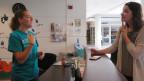 Frauen an der Gallaudet-University unterhalten sich in Gebärdensprache.