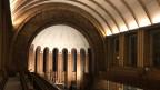 Ein Triumphbogen mit 800 Kacheln umrahmt den Altar in der Martin-Luther-Gedächtniskirche. Bild: Peter Voegeli/SRF.