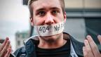 Ein Aktivist der Organisation «Freedom House» protestiert für Meinungsfreiheit.