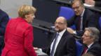 SPD-Chef Martin Schulz (Mitte) und Bundeskanzlerin Angela Merkel.