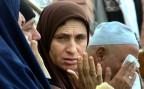 Angehörige von Opfern des Anschlags auf eine Moschee in Nord-Sinai trauern.