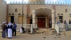 Menschen vor der Al Rawdah Moschee, in Bir Al-Abed, Ägypten, wo am 24. November 2017 eine Bombe explodierte.
