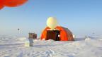Ein Zelt in der Arktis mit einem Ballon für Forschungszwecke.