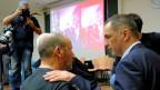 Gilles Simeoni (rechts) im Gespräch mit Wählern.