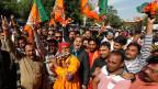 Anhänger der indischen Bharatiya Janata Party (BJP) feiern den Sieg ihrer Partei.
