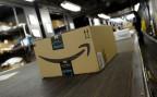 Ein Paket eines grossen US-Onlinehändlers auf dem Sortierband der Post