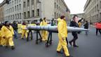 Mit einer Menschenkette zwischen den Botschaften der USA und Nordkorea demonstrieren in Berlin Menschen gegen atomare Aufrüstung.
