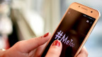 auf dem Foto ist eine Fraue zu sehen, welche #MeToo in ihr Handy tippt.