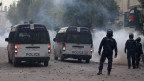 Die Polizei setzt Tränengas gegen die Demonstranten ein in Tebourba, Tunesien, am 9. Januar 2018.