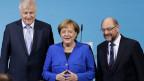 Bundeskanzlerin Angela Merkel mit dem CSU-Vorsitzenden Horst Seehofer (links) und SPD-Chef Martin Schulz.